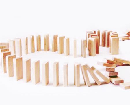 Деревянный конструктор Эффект домино на 72 детали купить в интернет-магазине robinzoniya.ru.