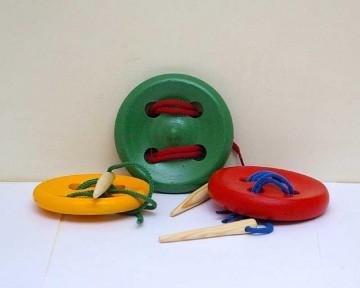 Шнуровка пуговица 4 отверстия крашенная