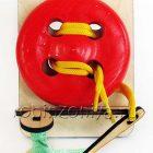 Шнуровка пуговица 4 отверстия с катушкой на подставке крашенная