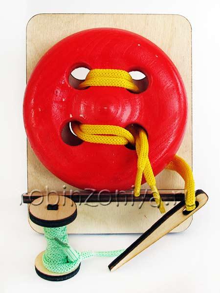 Деревянная шнуровка пуговица на подставке купить в интернет-магазине robinzoniya.ru.