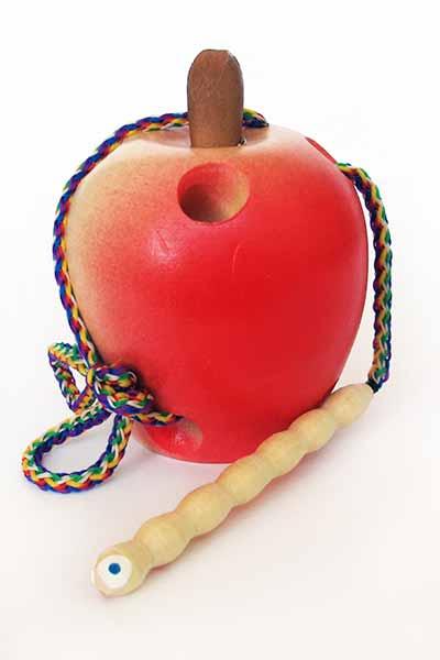 Шнуровка яблоко с гусеницей купить в Воронеже в интернет-магазине robinzoniya.ru.