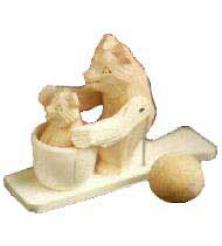 Медведица моет медвежонка Богородская игрушка